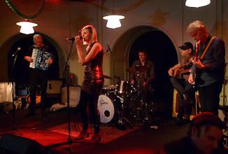 Photo: Lynn Bjurman backad av Bengt Bygren dragspel, Tomas Olsson trummor, Nikke Ström bas och Bengan Blomgren gitarr