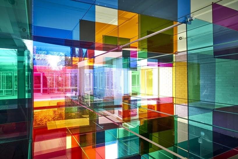 La luz brilla a través de una instalación de panel geométrico teñido de colores por Art Duo Luftwerk