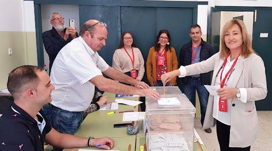 Esperanza Pérez,  alcaldesa socialista de Níjar, votando este domingo.
