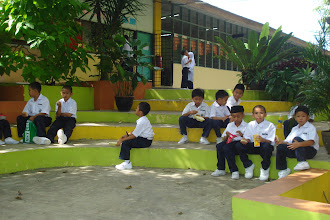 Photo: Kawasan sekolah yang dipayungi pepohon besar menghasilkan suasana redup yang menjadikan pelajar selesa untuk berehat di mana-mana.