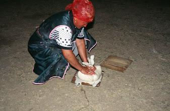 Photo: 03173 ブルド/ハスバータルイ家/ツァガン・トス(乳製品)作り/ウルムを弱火で煮ると、液体のシャル・トスと残りのツァガーン・トスができる。