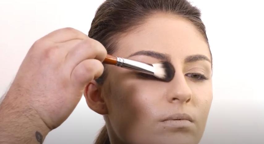 Contorno na maquiagem para uma pele iluminada