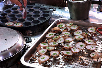 "Photo: green-onion-filled ""kanom kroek"" (coconut-rice hotcakes) ready to eat"