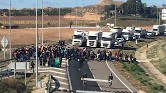 Los bloqueos en Cataluña mantienen a camiones parados.