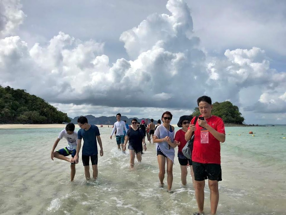 Crossing the 200 metres long separated sea from Tup Island to Chicken Island was quite a strange feeling.