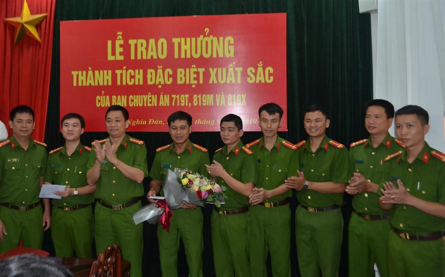 Đồng chí Đại tá Nguyễn Mạnh Hùng, Phó Giám đốc Công an tỉnh, Thủ trưởng Cơ quan CSĐT trao thưởng cho Công an huyện Nghĩa Đàn