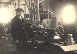Photo: Wim den Breejen bij de ijzergieterij van Versteeg op Hardinxveld.