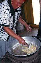 Photo: 03209 ブルド/バスハダール家/ハイル・マク(乳製品)作り/ツァガーン・トスに小麦粉と少々の砂糖を加えてかき混ぜてシチューのルーのようにしたもの