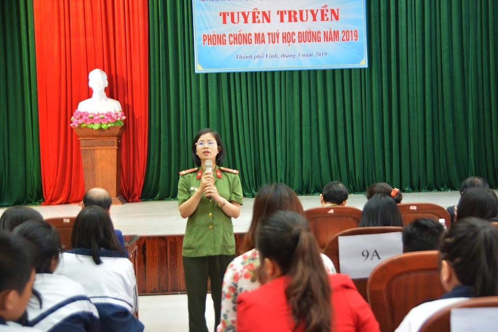 Thượng úy Đặng Thị Thủy - Chủ tịch HPN Phòng Tham mưu Công an Nghệ An thân mật nói chuyện hỏi đáp các em học sinh về tình hình ma túy
