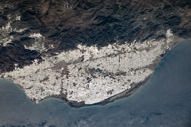 Los invernaderos de Almería vistos desde el espacio en 2004 en una fotografía del archivo de la NASA.