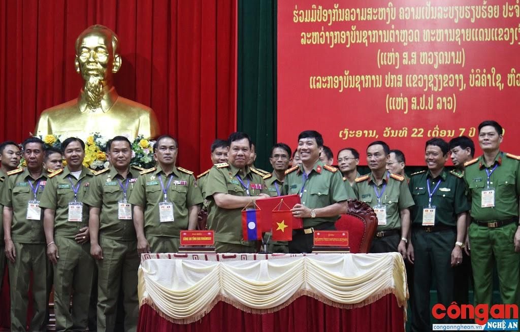 Đồng chí Đại tá Lê Khắc Thuyết, Phó Giám đốc Công an tỉnh Nghệ An và Lãnh đạo Công an tỉnh Bô Ly Khăm Xay ký kết biên bản ghi nhớ hợp tác đảm bảo ANTT giữa 2 nước
