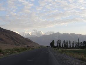 Photo: Do Tádžikistánu vjíždíme až kolem osmé hodiny večer, takže kousek za hranicí stavíme stany.