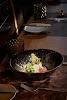 gemengd voedsel in kom op gedekte tafel