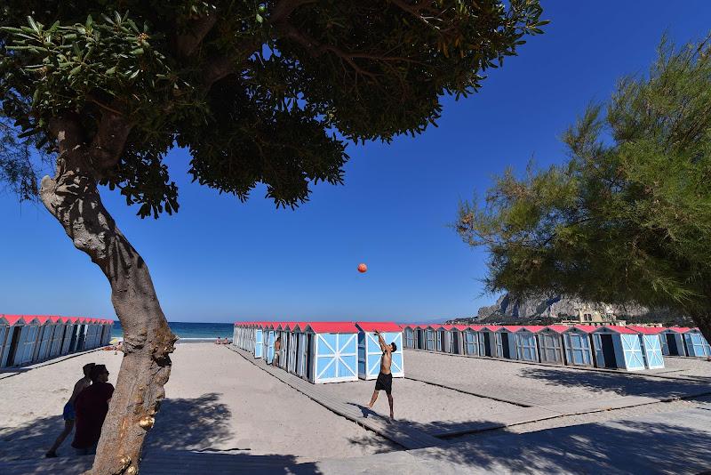 bagnanti al mare di Mondello di FLAVIO DI PERSIO