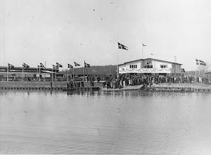 Photo: 1944 Standerhejsning i Odense Roklub. DM-otteren ses på vandet. Foto Fyens Stifstidende