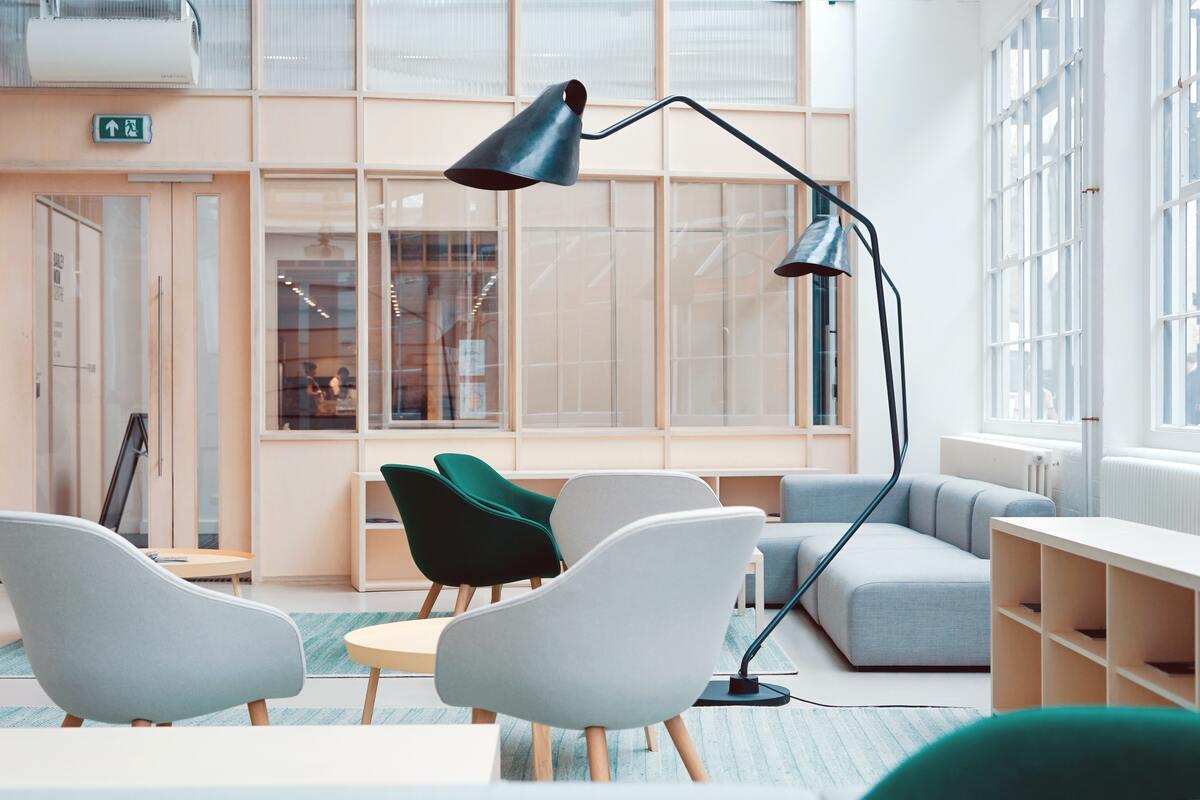 Foto di un ufficio arredato con poltrone, tavolino ed un divano