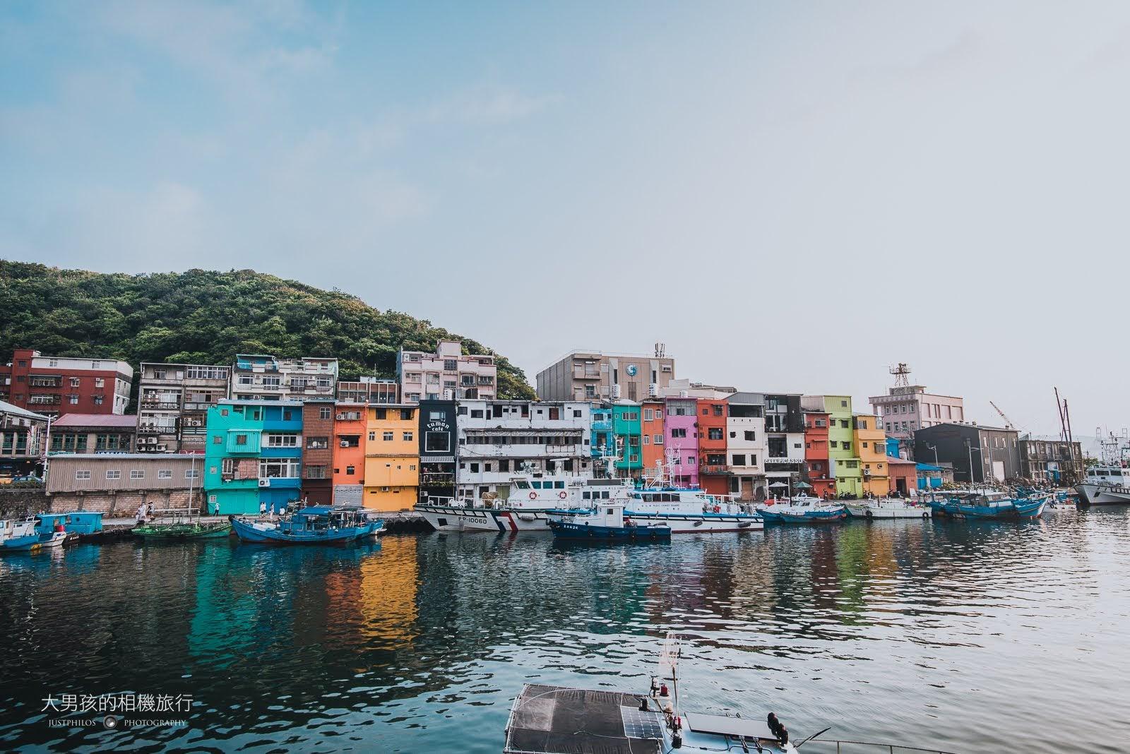 基隆正濱漁港旁的房子在漆上彩色外牆後,猶如置身在威尼斯的小漁港。