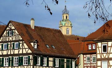 Photo: Schwäbisch Hall: Fachwerkhäuser am Kocher und Turm des barocken Rathauses.