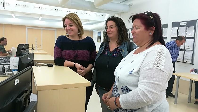 Mª Carmen Nuñez, Mar Verdejo y Amalia Román en el Registro Municipal