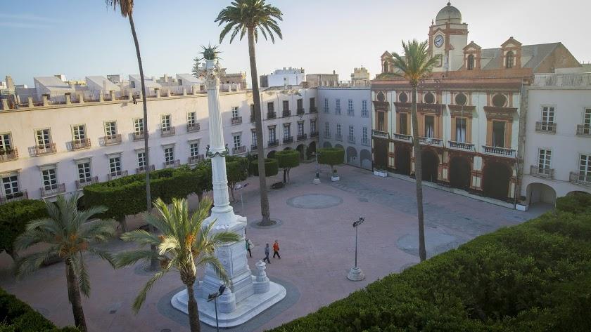 Imagen de la Plaza Vieja de Almería con el Pingurucho.