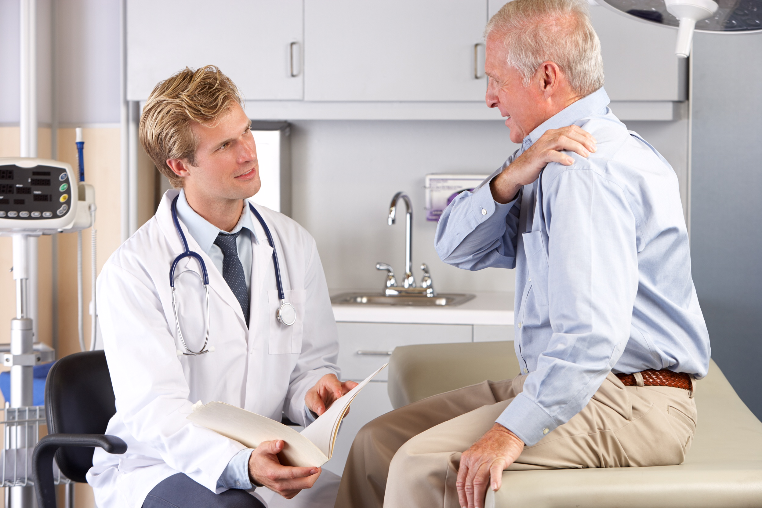 Man seeing doctor for shoulder pain