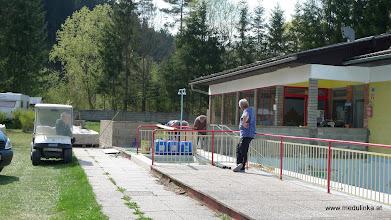 Photo: das ist also die Baustelle beim Sommerhallenbad - mit Zaungästen, die neugierig die Arbeiten verfolgen