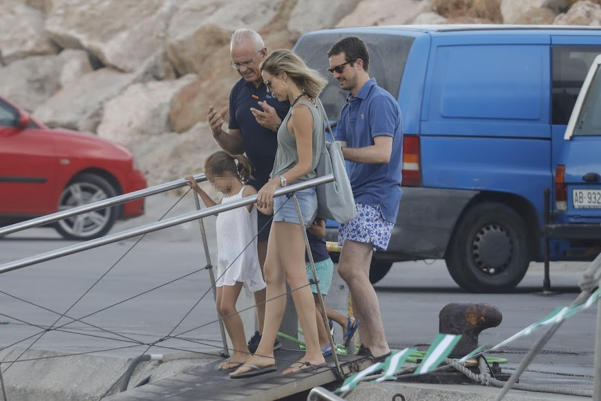 Pablo Casado en sus vacaciones en Carboneras. Foto Emilio Utrabo