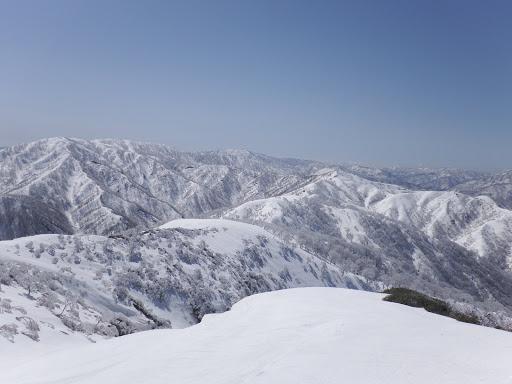 向かう縫ヶ原山(左)