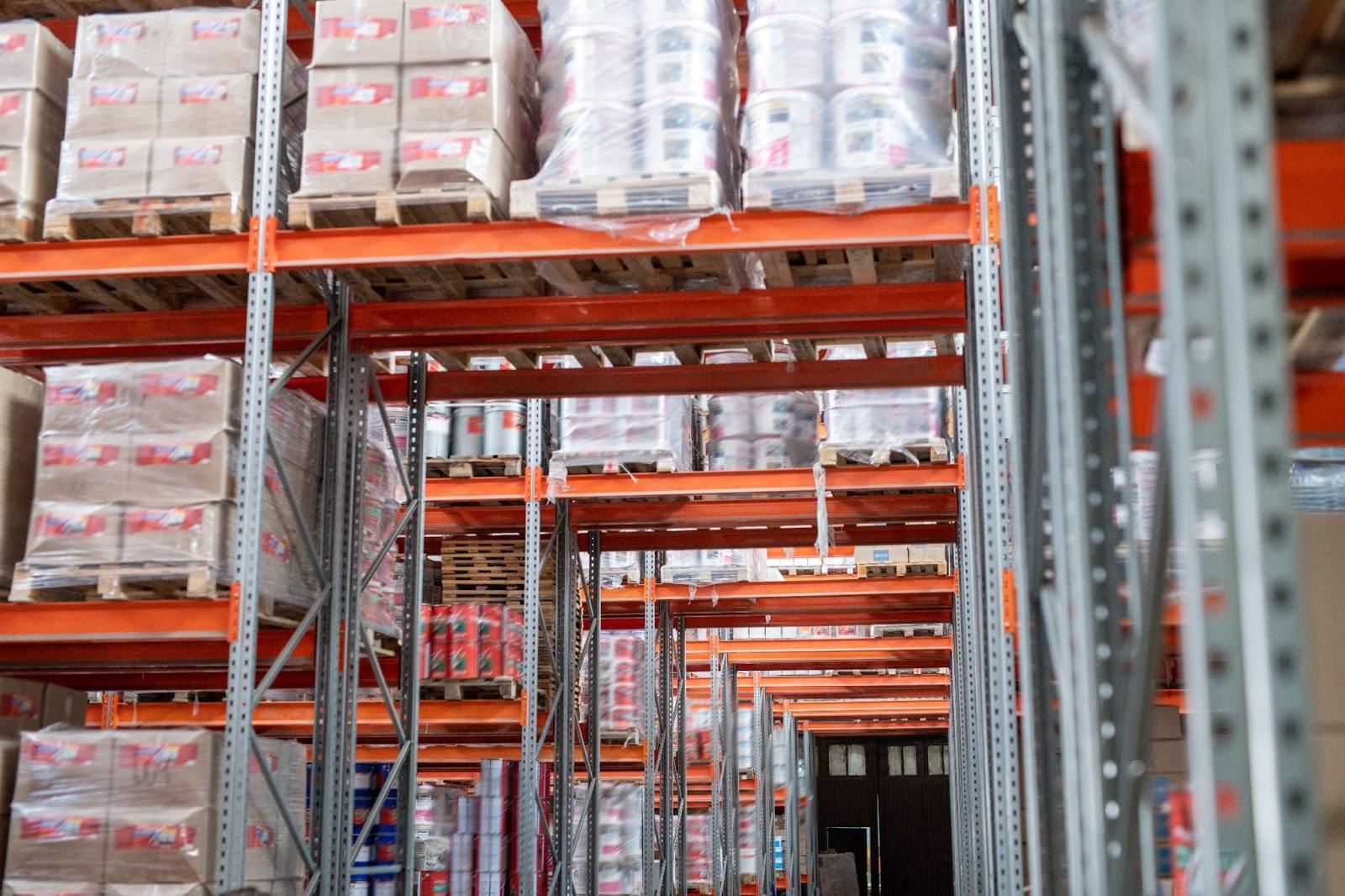стеллажи в складском помещении