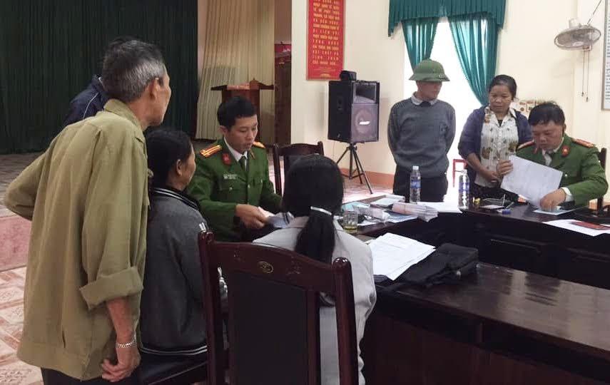 Cán bộ Đội Cảnh sát QLHC về TTXH phối hợp với Chi đoàn Thanh niên Công an huyện Nam Đàn làm thủ tục cấp phát CMND cho người dân Nam Anh tại trụ sở UBND xã