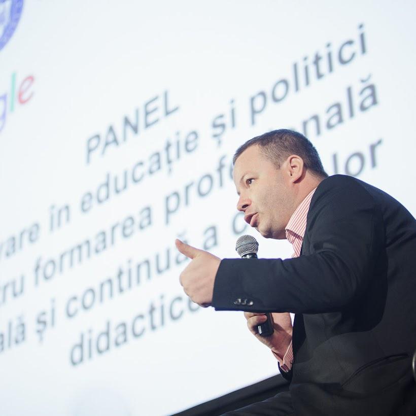 scoala-romaneasca-la-granita-dintre-traditie-si-inovare-prin-tehnologie-010
