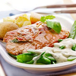 Schnitzel Met Rauwe Ham En Peultjes Met Room-basilicumsaus