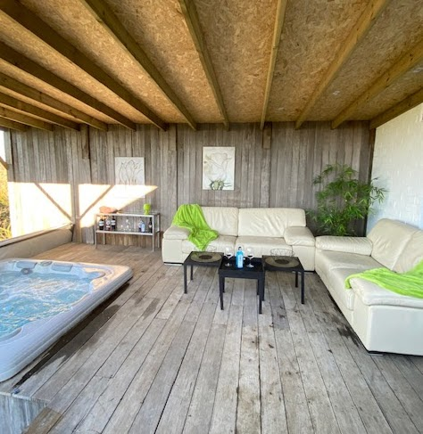 Buiten lounge bij het vakantiehuis Les Auges te Heure