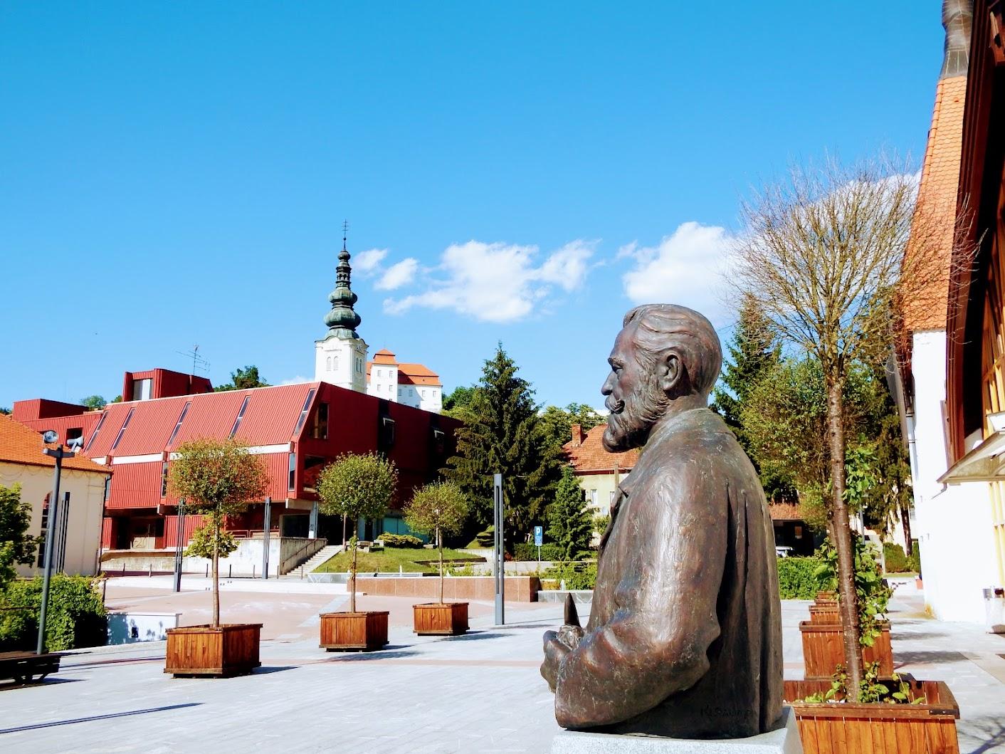 Lendava (Lendva) - Doprsni kip Zala György (Zala György-mellszobor a kultúrház előtt)