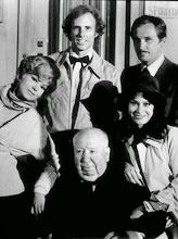 """Photo: O elenco original de """"Trama Macabra"""" com Hitchcock: Roy Thiennes pode ser visto na direita, ao lado de Bruce Dern. Barbara Harris e Karen Black também completam a foto."""
