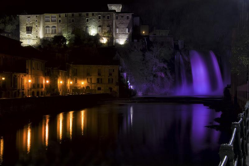 Waterfall in the city center di Francesca Tasciotti