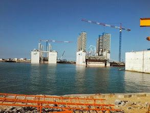Photo: Os dois equipamentos da FCC para construção de caixões de pieres no Porto do Açu