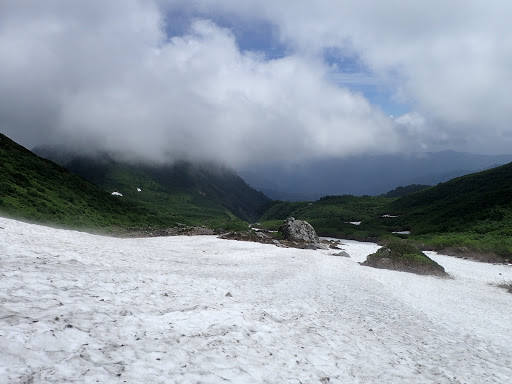 ヒルバオ雪渓を進む