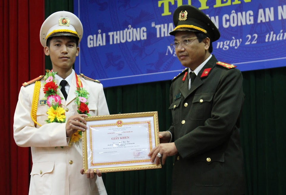 Đồng chí Đại tá Hồ Văn Tứ, Phó Bí thư Đảng ủy, Phó Giám đốc Công an tỉnh trao Giấy khen thanh niên Công an tiêu biểu cho Trung úy Hồ Bá Trí