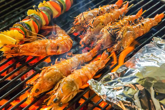 蝦要烤得好需要技巧,不過其實也不難。基本的動作就是持續的翻面烤,讓蝦子360度都能均勻受熱。