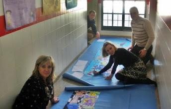 Photo: Las maestras y maestros montamos los murales -Belén, Ana, Raúl y Andrew-
