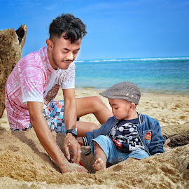 Play with sand by Mardi Tri Junaedi - People Street & Candids ( #harsday, #wearehappy, #beaches, #seriousface, #family )