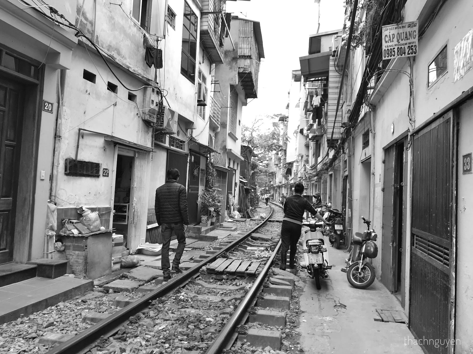 nhà dân hai bên đường tàu