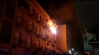 Imagen de la vivienda en las llamas desde el exterior.