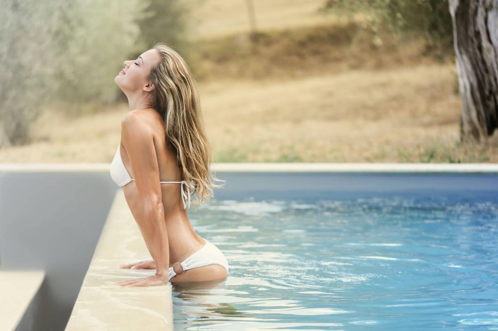 donna-bordo-piscina-costume-bianco