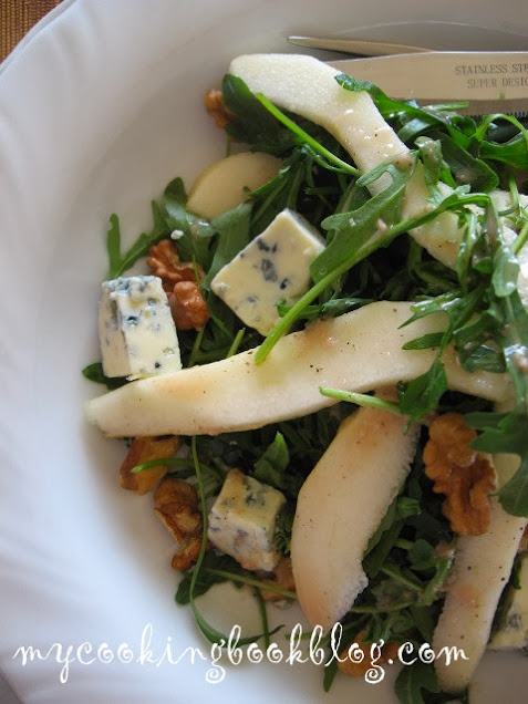 Салата с круши, рукола, синьо сирене и орехи