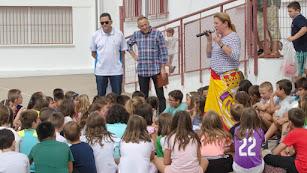 Tomás Roncero frente a numerosos alumnos del colegio cantoriano.