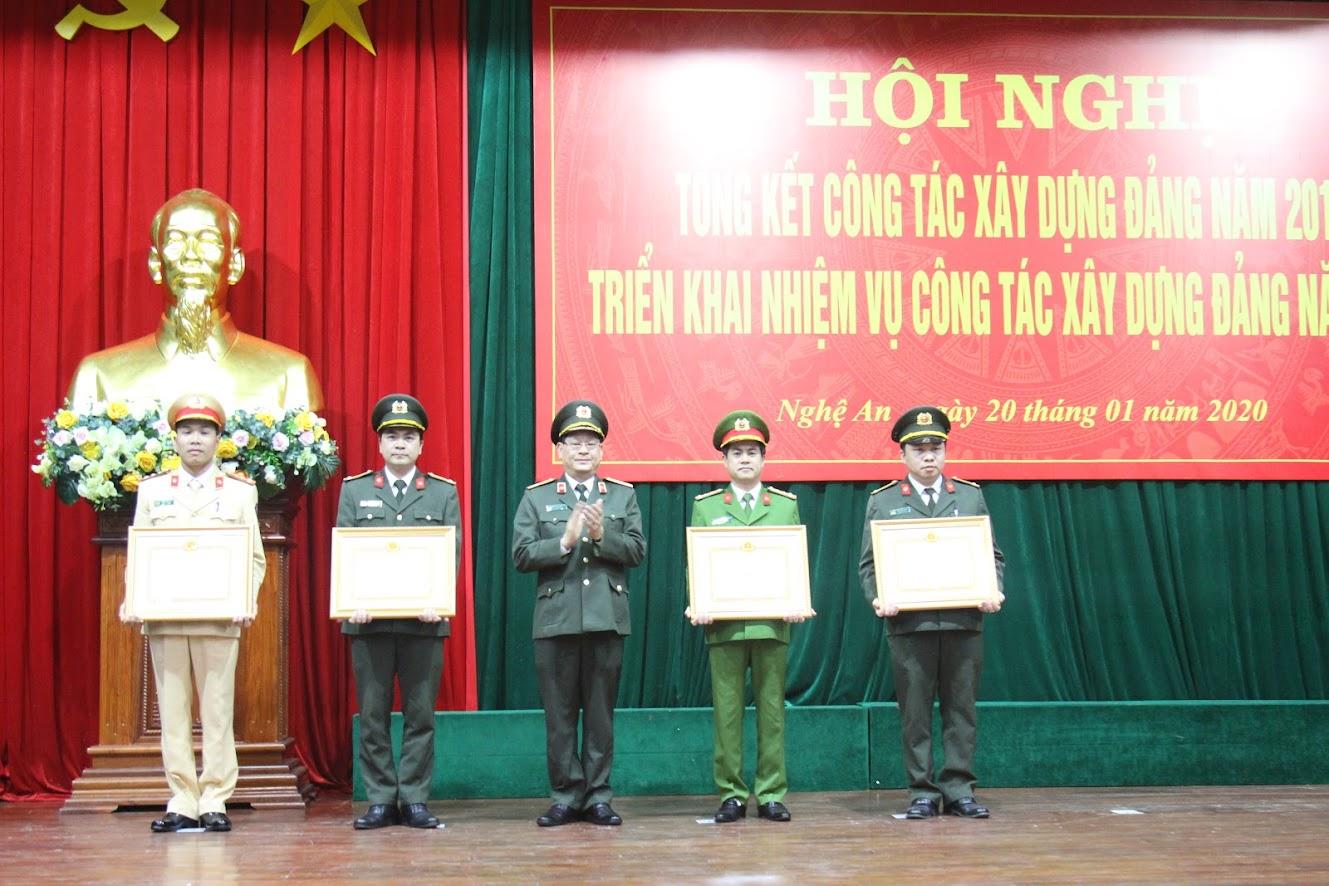 Đồng chí Thiếu tướng Nguyễn Hữu Cầu, Bí thư Đảng ủy, Giám đốc Công an tỉnh trao Bằng khen của Tỉnh ủy cho Chi bộ đạt tiêu chuẩn trong sạch, vững mạnh tiêu biểu 5 năm liên tục  (2015 -2019); các đảng viên hoàn thành xuất sắc nhiệm vụ tiêu biểu 5 năm liên tục (2015- 2019)