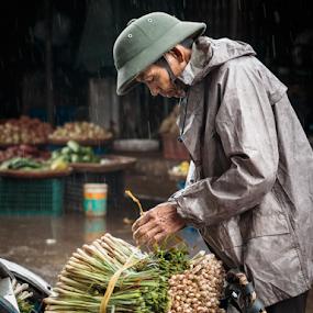 Hue_20150327_11.53.27 by . Reedd2 - People Street & Candids ( bicyle, hue, vietnamese, spring onions, vietnam, helmet, street trader, man )