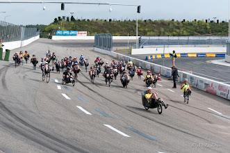 Photo: De strijd is begonnen. Een uur lang gaan de ongestroomlijnde en deels gestroomlijnde fietsen in het rond.